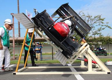 車体を45度まで傾け、オイル漏れなどが起きないかチェックする専用の機械。乗り込んだドライバーはかなり怖いらしい