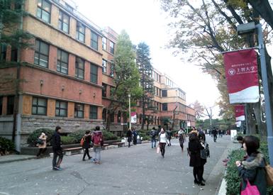 東京の一等地、四谷にある上智大学のキャンパス。 周りには迎賓館などもあり緑も多く環境は抜群