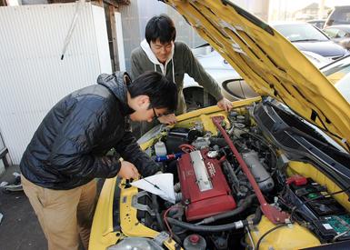 キャンパスからガレージまでは遠いので、部員全員が参加する整備日は月に一度。しかしみんな自主的に整備を行いにガレージに来ている