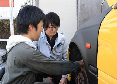 コムドライブのメカニックに教わった整備のノウハウを先輩から後輩へと伝えていく