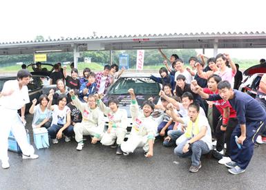 鈴鹿で行われた2014年 全日本学生ジムカーナ選手権を前にポーズ。悪天候のなかで頑張りました!