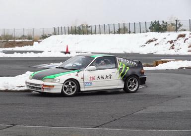 2013年度に開催した十二大学対抗ジムカーナでの走り。写真は現在もジムカーナ用の部車として活躍するCR-X
