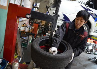 22インチまでのタイヤをホイールに装着できる専用機器もガレージに備わる。充実した道具を使いこなす知識は先輩から後輩へと引き継がれる
