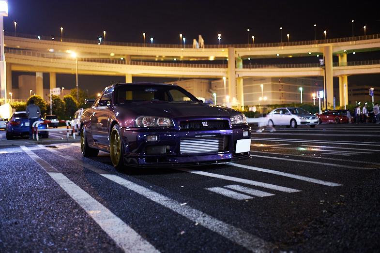 夜の市街を走るGT-R