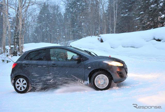 前輪駆動の旧型デミオでも。前輪が雪をかくだけで前に進めない