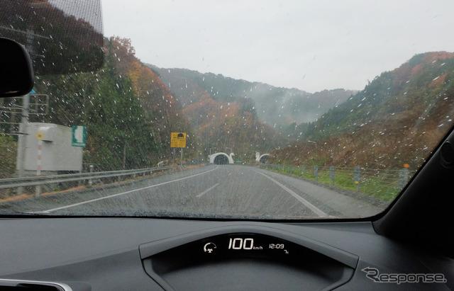 磐越自動車道をクルーズ中。冷たい雨の高速は電費に厳しいコンディションだ。
