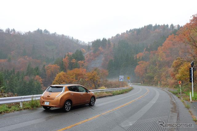 郊外路を走行中。信号がほとんどない道でもスピードが上がり気味になると電費はそれなりに落ちる。