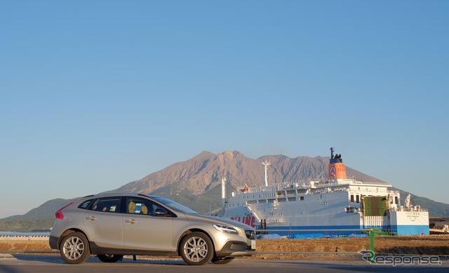 鹿児島港にて桜島をバックに。