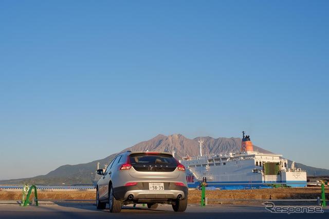 鹿児島高にて桜島をバックに。青と白の大型船は奄美・沖縄航路。