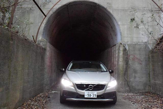 開聞岳周遊道路。クルマ1台がやっと通れるトンネル。途中、すれ違い可能な箇所あり。