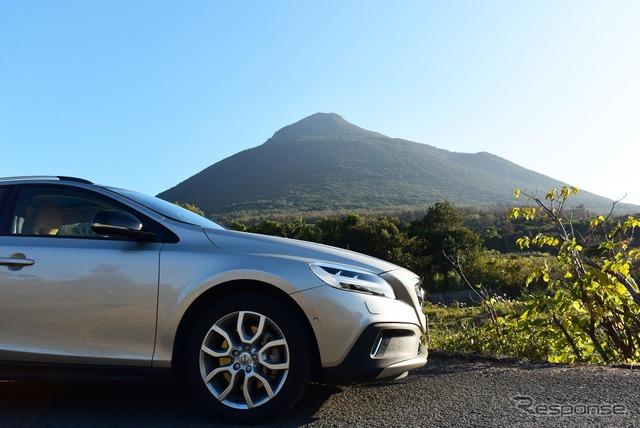 ボルボV40クロスカントリー D4 Summum。薩摩半島南端の火山、開聞岳の山麓にて。