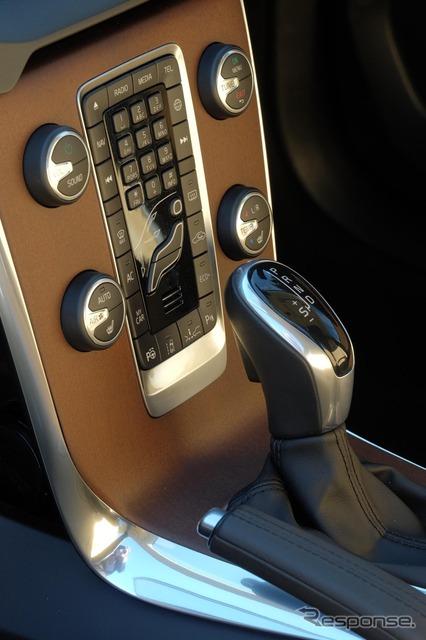 ウッドパネルは温かみのある感触。上の隙間がディスクドライブの差込口。