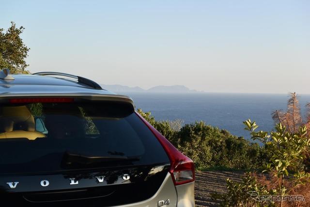 開聞岳の山麓から海を眺める。遠方の陸地は大隅半島の本土最南端、佐多岬。