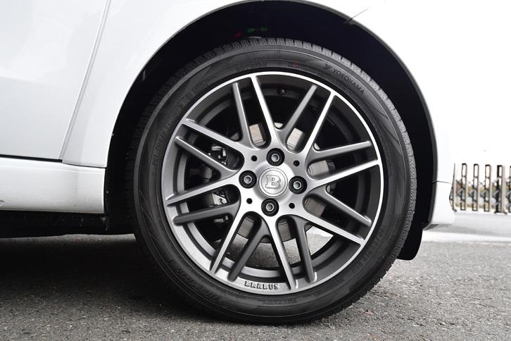 タイヤサイズは(前)185/50R16/(後)205/40R17。試乗車には「ヨコハマ・ブルーアースA」が装着されていた。