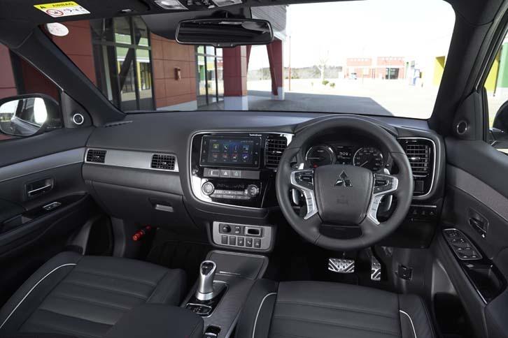スポーティーで上質な空間が演出されたインテリア。「Sエディション」には、Apple CarPlayとAndroid Autoに対応した「スマートフォン連携ディスプレイオーディオ」が標準で備わる。