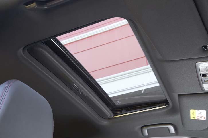 電動ガラスサンルーフは「Sエディション」のみに標準で備わる。