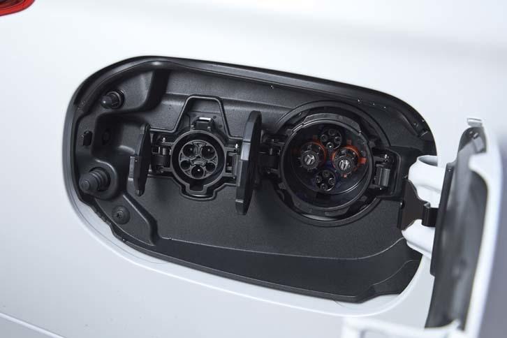 AC200V(写真左)と急速充電用(右)のソケットが並んで備わる。急速充電については、制御を見直すことで、80%充電までの所要時間が30分から25分に短縮された。