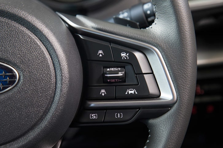ステアリングホイールに備わるアダプティブクルーズコントロールと、走行モード切り替え機構「SIドライブ」の操作スイッチ。走行モードには「I」(インテリジェントモード)と「S」(スポーツモード)の2種類が用意される。