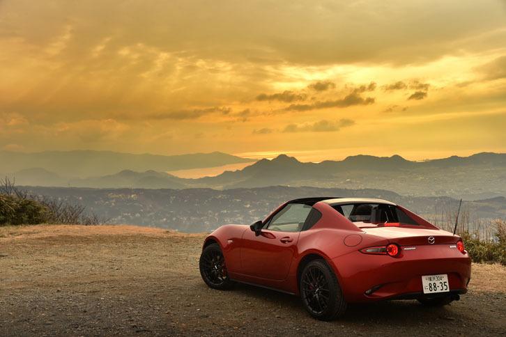クーペの快適性と美しさ、そしてオープンカーの気持ちよさを、まるで幕の内弁当(!)のように1台で味わわせてくれる「ロードスターRF」は、今われわれが買えるスポーツカーの中で、最も魅力的な選択肢だろう。
