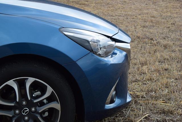 デミオのフロントエンドは上位モデルと同様、逆スラント。