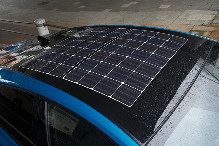 試乗車はオプションのソーラールーフパネルを装着していた。1日につき最大で6.1kmを走行するだけの電力を生み出すことができる。