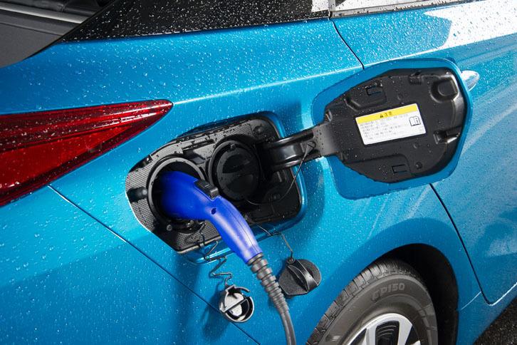 給電口はリアタイヤの上部に備わる。左が100V/200Vの普通充電用で、右が急速充電用。急速充電を利用すると、約20分で80%の充電ができる。