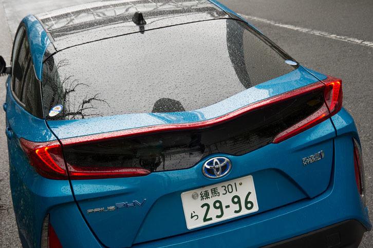 リアゲートのガラスは、中央にくぼみが設けられた「ダブルバブルウィンドウ」。デザインのアクセントとなるだけでなく、空力を高める効果もあり、燃費性能や運動性能の向上に寄与するという。