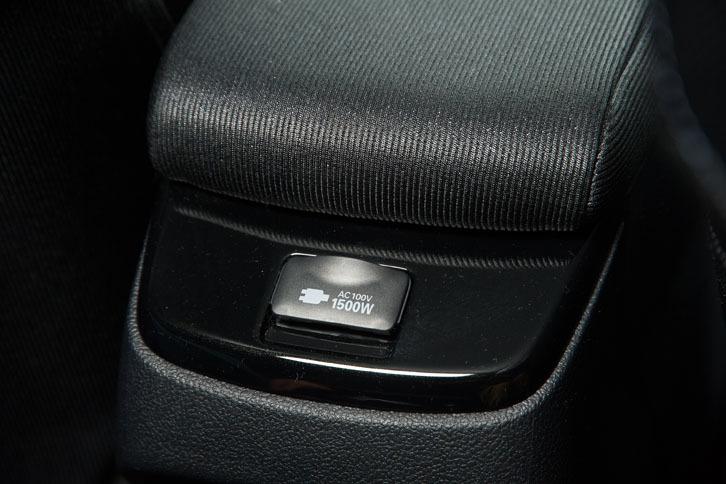 試乗車にはオプションのアクセサリーコンセントが装着されていた。走行用バッテリー、またはハイブリッドシステムを使って発電した電気から、家庭用と同じ100Vで外部給電することができる。コンセントはセンターコンソール後端(写真)のほか、荷室内にも設置される。