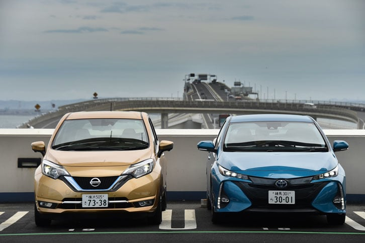 """今回試乗した2台のエコカー。写真左は2016年11月に発売された「日産ノートe-POWER メダリスト」で、右は2017年2月発売の「トヨタ・プリウスPHV S""""ナビパッケージ""""」。"""