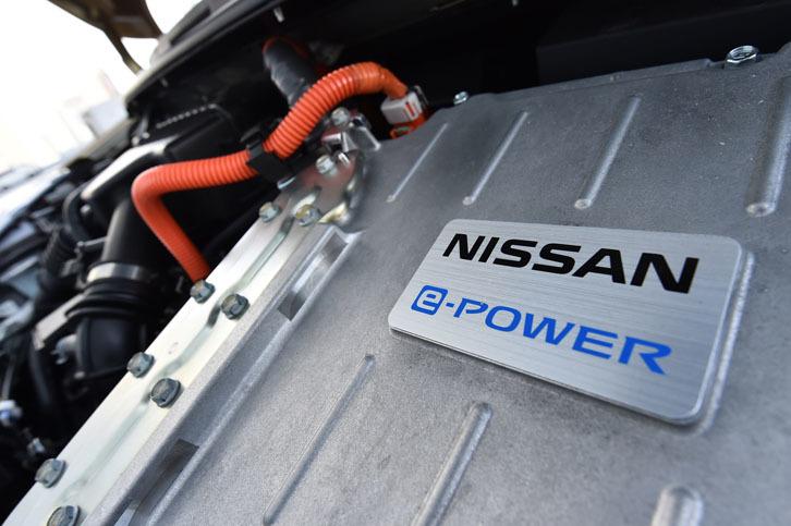 「ノートe-POWER」では。1.2リッター直3エンジンは発電のみを行い、その電力を元にモーターが前輪を駆動する。