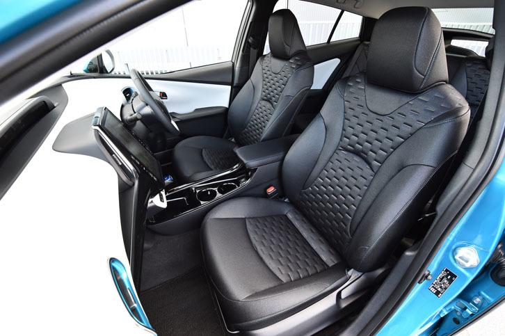 光沢フィルムを織り込んだ専用の表皮が採用された、「プリウスPHV」のファブリックシート。前席には、シートヒーターが標準で備わる。