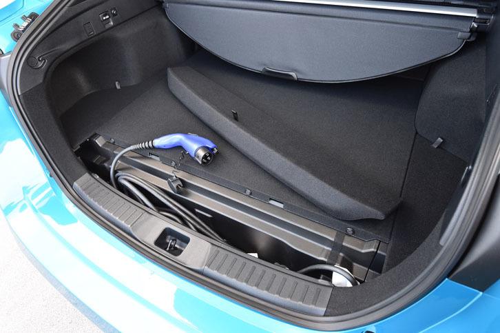 「プリウスPHV」の荷室後端には、充電ケーブルの収納スペースが確保される。