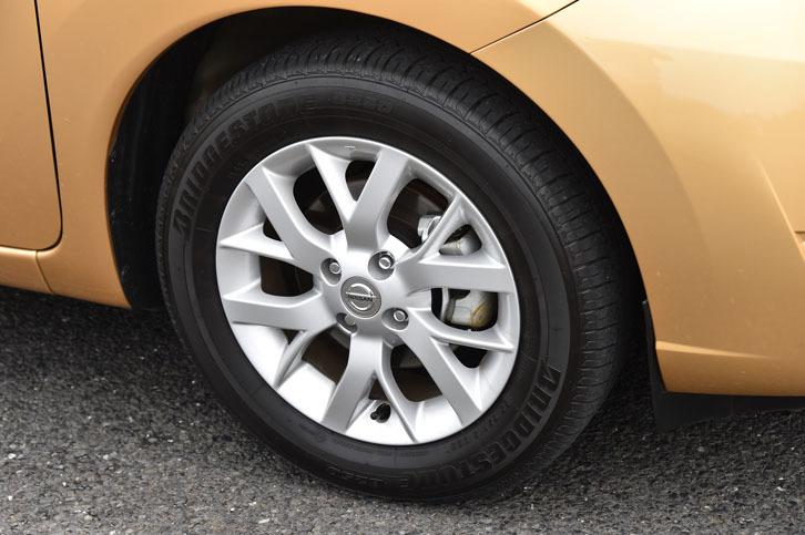 「ノートe-POWER メダリスト」の15インチアルミホイール。タイヤは「ブリヂストンB250」が組み合わされていた。