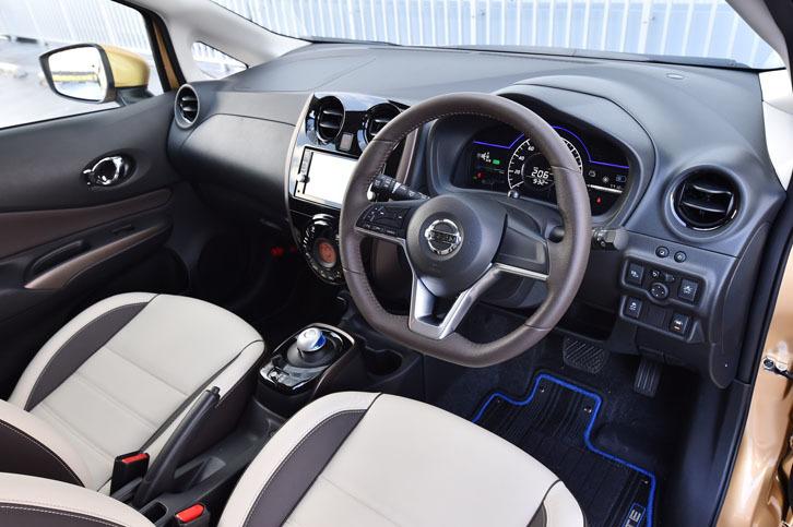 今回試乗した「ノートe-POWER メダリスト」は、オプション「プレミアムホワイトインテリアパッケージ」装着車。室内はアイボリーとブラウンのツートンカラーで飾られる。
