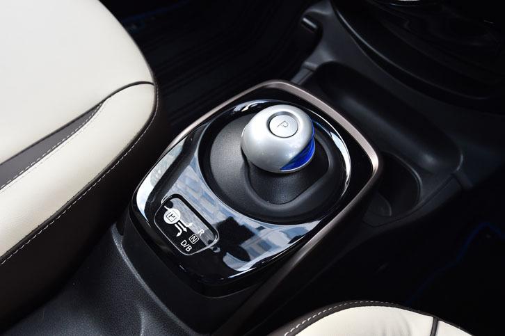 「ノートe-POWER」のシフトセレクター。電気自動車「リーフ」と同じデザインが採用されている。