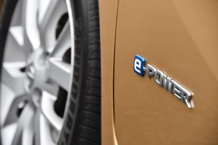 アクセルオフ時に、標準的なガソリンエンジン車の3倍に相当する減速力を生じる「ノートe-POWER」。これにより、アクセルペダルとブレーキペダルの踏みかえ回数も大幅に減少、運転の疲労軽減が期待できる。