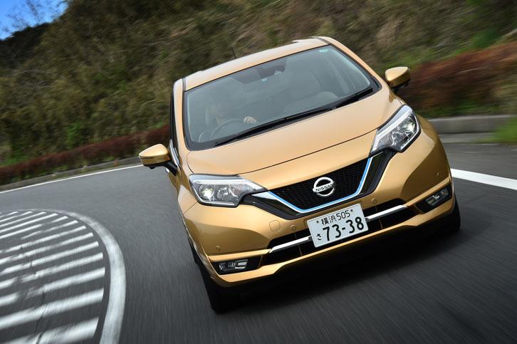 """発進加速で2リッターのガソリンエンジン車をしのぐ「ノートe-POWER」。モーター駆動ならではの""""力強い走り""""はセリングポイントのひとつである。"""