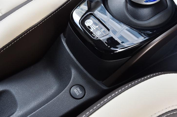 「ノートe-POWER」の前席シート間(写真の中央下部)には、走行モード(ノーマル/S/ECO)の切り替えスイッチが備わる。