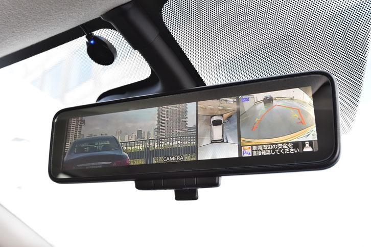 カメラを使って後方の視界を鮮明に映しだす「スマート・ルームミラー」。同時に、駐車を支援する「インテリジェントアラウンドビューモニター」の映像も表示できる。