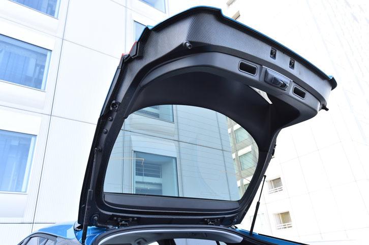 バックドアの素材には、軽量かつ高強度な炭素繊維強化樹脂(CFRP)が採用されている。