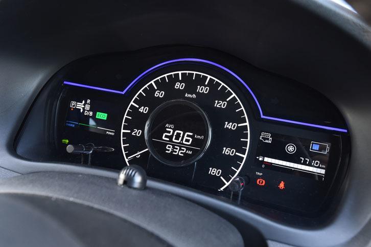 「ファインビジョンメーター」と名付けられた「e-POWER」の計器盤。エネルギーフローやバッテリーの残量が表示される。