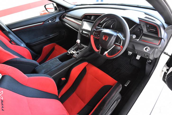 赤と黒を基調とし、レーシーなイメージでまとめられた「タイプR」のインテリア。6段MTには新機構レブマッチシステムを搭載する。