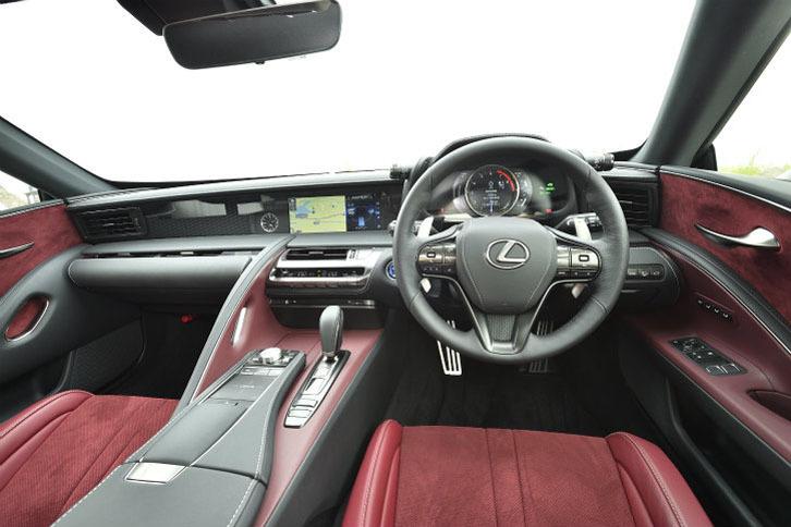 インパネは直線的な造形。情報系を水平に配置して、ドライバーの視線が乱れないようにした。また、コックピットの両サイドにはドライバーを包むようなデザインを施して高揚感を演出したという。