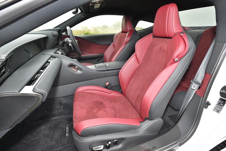 """標準グレードと""""Sパッケージ""""にはアルカンターラと本革からなるスポーツシートが装着される。インテリアカラーはダークローズ。"""