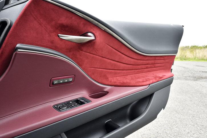 インテリアトリムのデザインは、エクステリアとの一体感を表現している。ベゼルのないシンプルな構成のドアハンドルがユニーク。