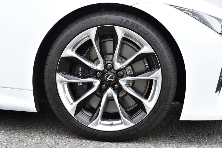 標準タイヤは20インチだが、試乗車にはオプションの21インチが装着されていた。サイズは前が245/40R21で、後ろが275/35R21。