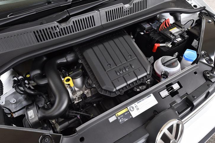 1リッター直3エンジンのスペック(最高出力75ps、最大トルク95Nm)は、マイナーチェンジの前後で変わらない。