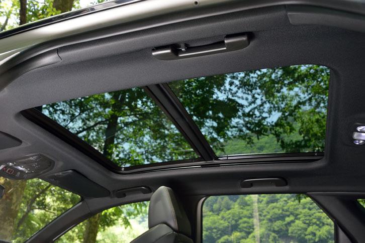 パノラミックサンルーフはオプション。紫外線や熱線を遮断するガラスが用いられており、前半分が開閉する。