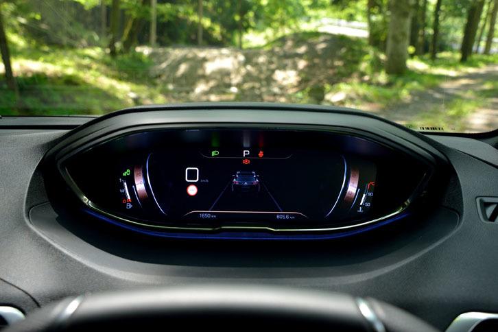 """これは往年の""""ボビンメーター""""をほうふつとさせるモード。パネルの左隅に速度計、右隅にエンジン回転計のボビンが描画されているのがわかるだろうか。"""
