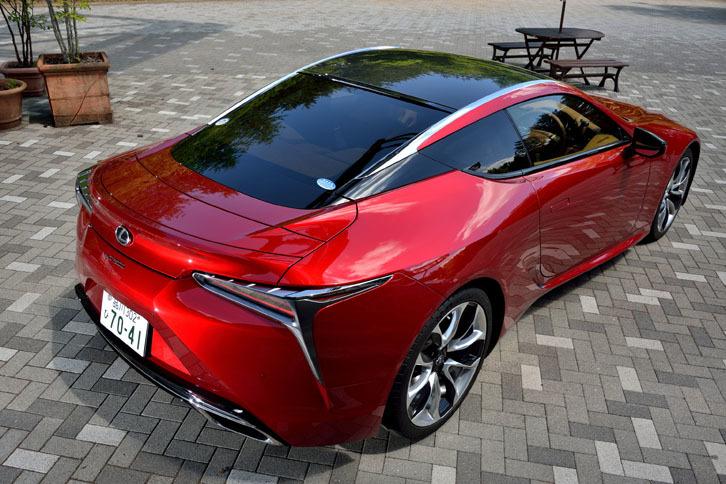 """2012年に発表されたコンセプトカー「LF-LC」をモチーフに開発された「LC500」。今回のテスト車""""Sパッケージ""""は、CFRP(炭素繊維強化樹脂)製のルーフも外観上の特徴となっている。"""